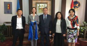ХЗДХЯ-ны Төрийн нарийн бичгийн дарга Г.Баясгалан Азийн сангийн Монгол дахь суурин төлөөлөгч хатагтай Мелони К.Линдбэргд хүндэтгэл үзүүлэв.